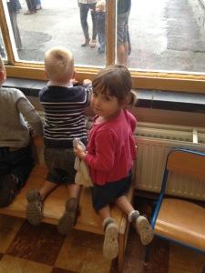 Le petit banc à la fenêtre, pour dire au revoir à Papa et Maman